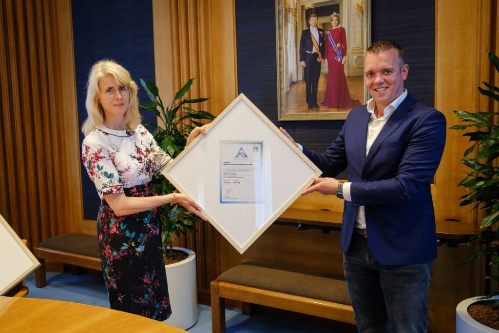Kevin van Kempen awarded the certificate by Mona Keijzer