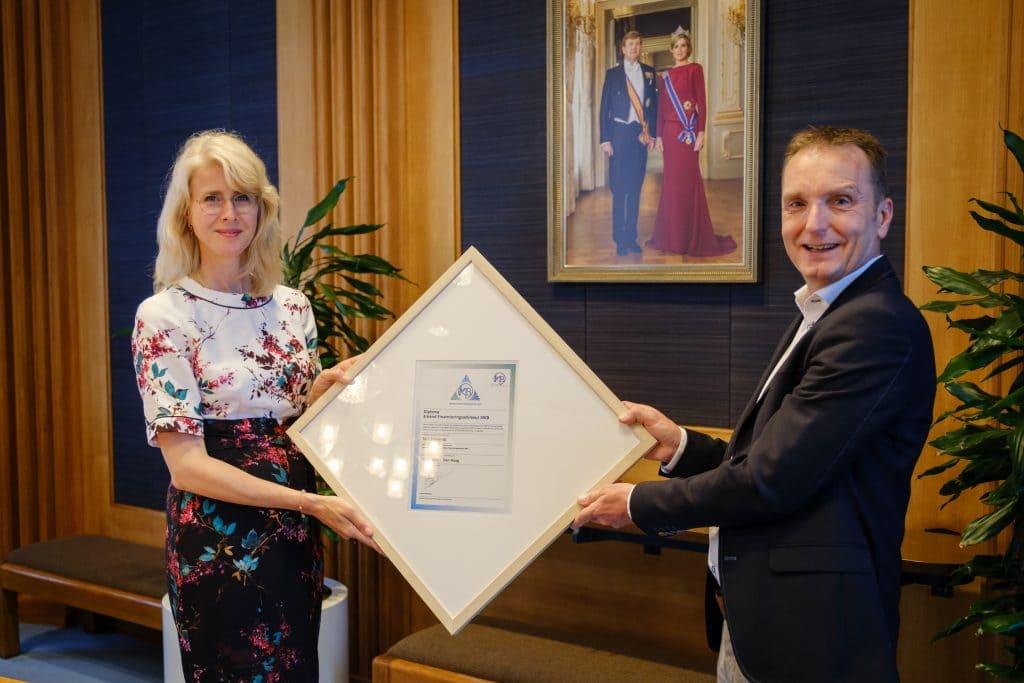 Tom Baerends awarded certificate by Mona Keijzer